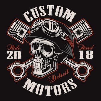 Czaszka motocyklisty ze skrzyżowanymi tłokami. graficzna koszulka. wszystkie elementy, kolory, tekst (zakrzywiony) są na osobnej warstwie. (wersja kolorowa)