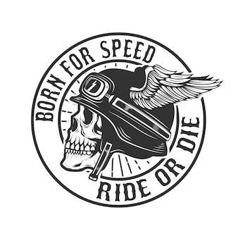 Czaszka w skrzydlatym kasku. urodzony dla szybkości. jedź lub zgiń. element plakatu, godła, koszulki. ilustracja