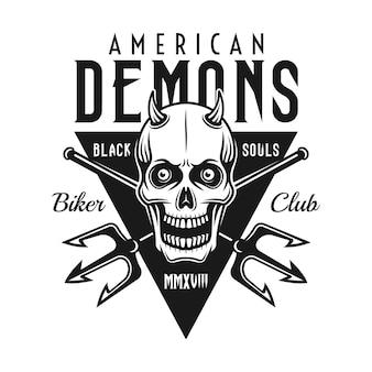"""Czaszka Z Rogami, Dwa Skrzyżowane Trójzęby I Napis """"american Demons"""" Premium Wektorów"""