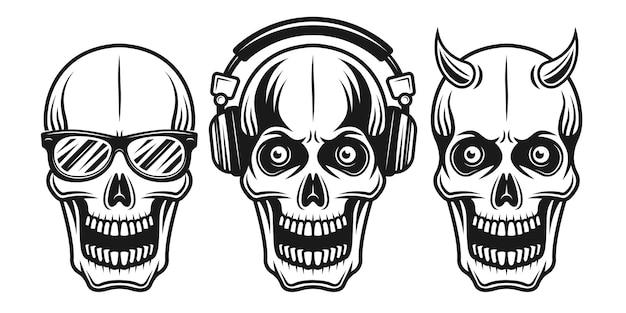 Czaszki zestaw trzech stylów z okularami przeciwsłonecznymi, słuchawkami i rogatymi ilustracjami wektorowymi w monochromatycznym stylu vintage na białym tle