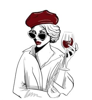 Czerwona beret kobieta z szkłem wino