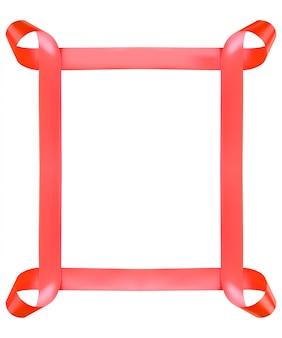 Czerwona błyszcząca jedwabna wstążka w kształcie prostokąta na białym tle.