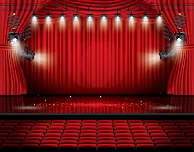 Czerwona kurtyna sceniczna z reflektorami, siedzeniami i miejscem na kopię. scena teatralna, operowa lub kinowa. światło na podłodze.