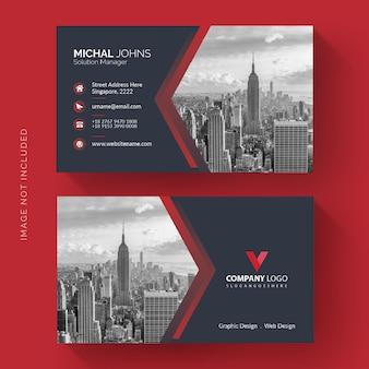 Czerwona wizytówka ze zdjęciem miasta