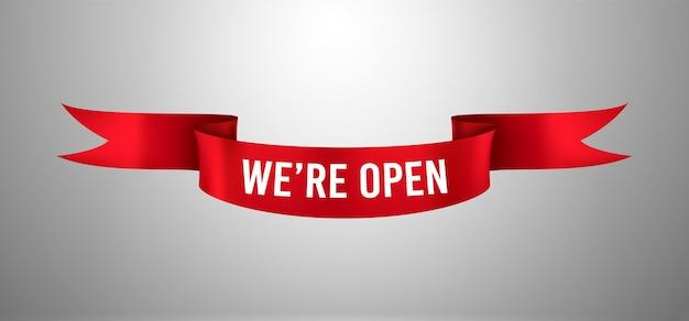 Czerwona wstążka z tekstem otwieramy ponownie. plakat ponownego otwarcia, powitalna informacja o ponownym otwarciu sklepu lub targu. element projektu szablonu do ceremonii otwarcia. wektor realistyczny baner na białym tle