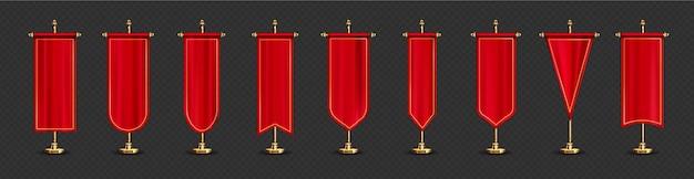 Czerwone długie flagi w różnych kształtach na złotej podstawce.
