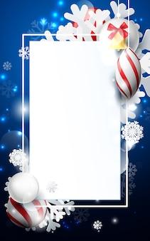 Czerwone i białe bombki z ornamentami płatki śniegu, złoty dzwon i geometryczny na ciemnym niebieskim tle.