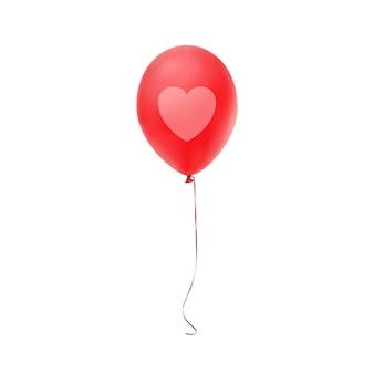 Czerwony balonik z nadrukiem serca, na białym tle.