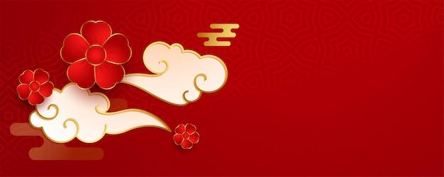 Czerwony chiński projekt z kwiatem i chmurami