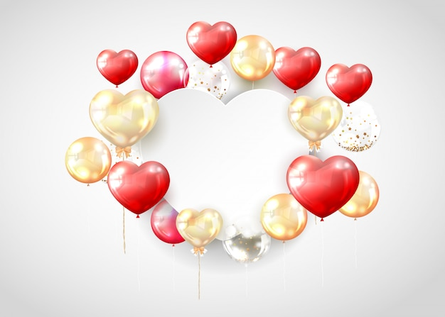 Czerwony i złoty balon z miejsca kopiowania w kształcie serca