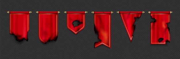 Czerwony proporczyk i flagi w różnych kształtach z wypalonymi krawędziami i dziurami po pożarze lub wojnie.
