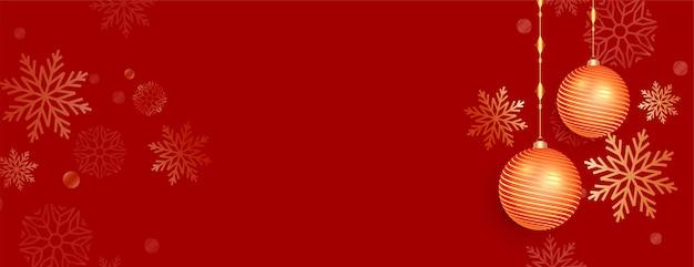 Czerwony sztandar chriatmas z bombkami i dekoracją płatka śniegu