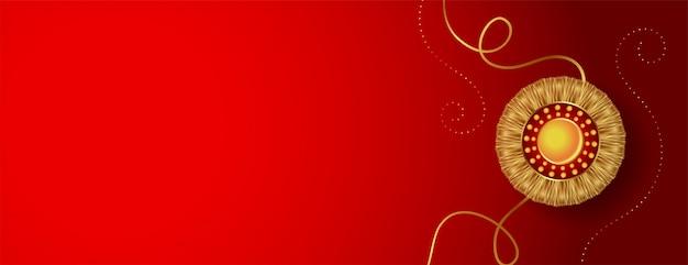 Czerwony sztandar ze złotym rakhi i miejsca na tekst