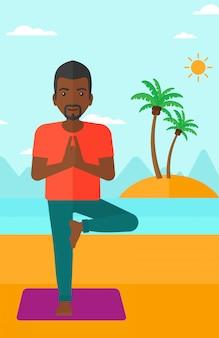 Człowiek ćwiczy jogę.