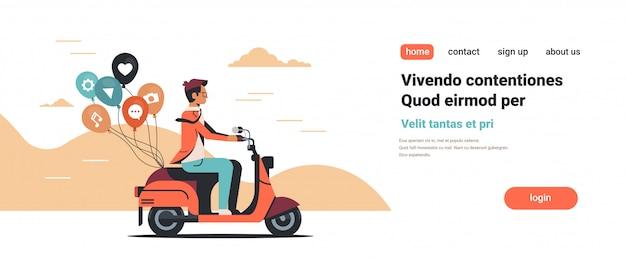 Człowiek jazda skuterem z mediów społecznościowych kolorowe balony marketing cyfrowy