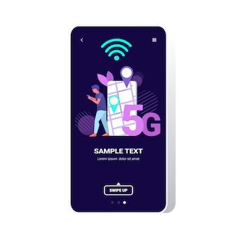 Człowiek korzystający z nawigatora gps w aplikacji mobilnej na ekranie smartfona 5g komunikacja online piąta innowacyjna generacja połączenia internetowego