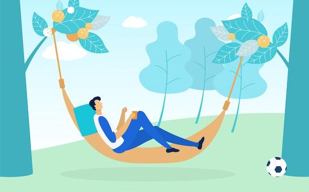 Człowiek leżący w hamaku wisi między zielonymi drzewami.
