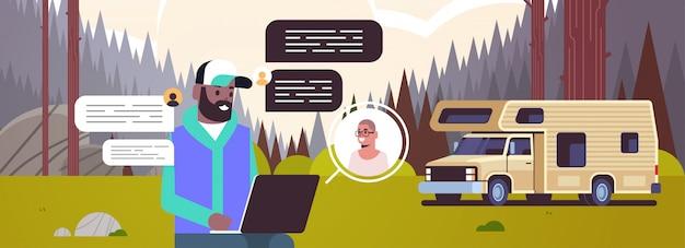 Człowiek na czacie z przyjacielem sieci społecznościowej czat bańka komunikacja koncepcja