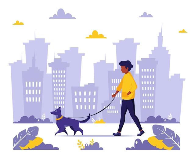 Człowiek na spacerze z psem w mieście
