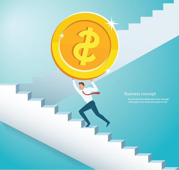 Człowiek posiadający duże złote monety wspinaczki po schodach