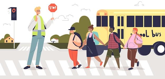 Człowiek posiadający znak stop, podczas gdy grupa dzieci przekraczania drogi na przejściu dla pieszych. pracownik regulujący ruch dla dzieci na ulicznej zebry. dzieci w wieku szkolnym idące do szkoły. ilustracja kreskówka płaski wektor