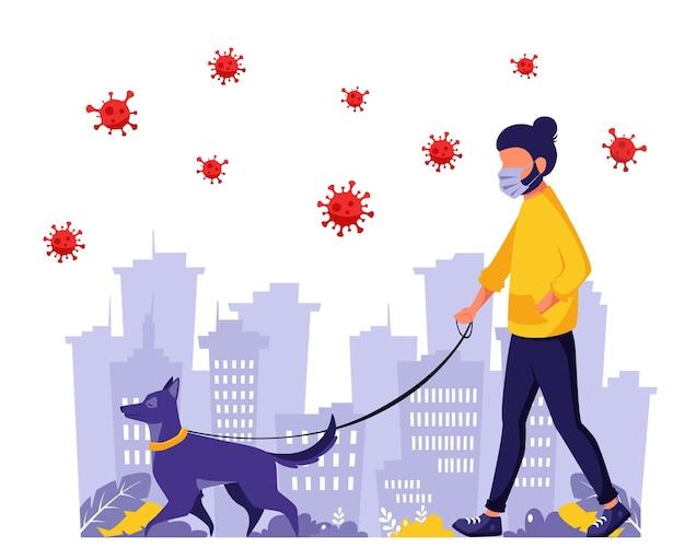 Człowiek spacerujący z psem podczas pandemii