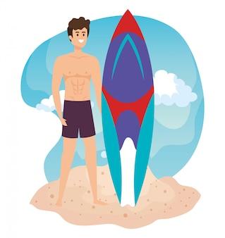 Człowiek ubrany w szorty kąpielowe z deską surfingową na plaży