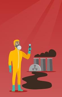 Człowiek w kostiumie ochronnym przed promieniowaniem z probówką.