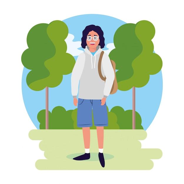Człowiek w okularach z plecakiem i drzewami z krzakami