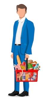 Człowiek z koszykiem na zakupy ze świeżymi produktami. supermarket sklep spożywczy. jedzenie i napoje. mleko, warzywa, mięso, ser drobiowy, kiełbaski, sałatka, pieczywo zbożowe stek jajko. płaska ilustracja wektorowa