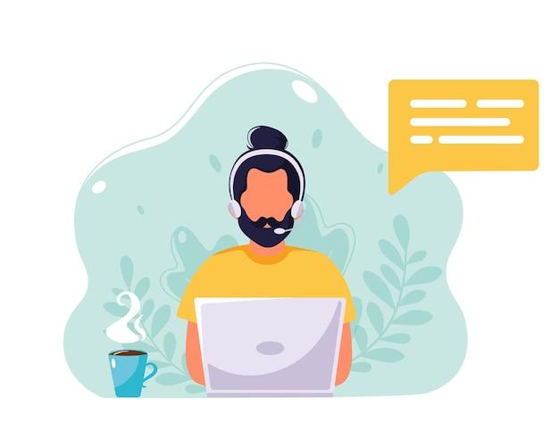 Człowiek z słuchawkami i mikrofonem pracuje na laptopie. obsługa klienta, pomoc, wsparcie, koncepcja call center. w stylu płaskiej.