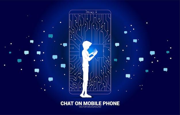 Człowiek z telefonu komórkowego i bańki czat na telefonie komórkowym z kropki połączyć styl płytki drukowanej linii.