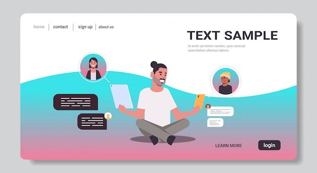 Człowiek za pomocą aplikacji do rozmów na urządzeniach cyfrowych sieci społecznościowej czat bańka komunikacja koncepcja
