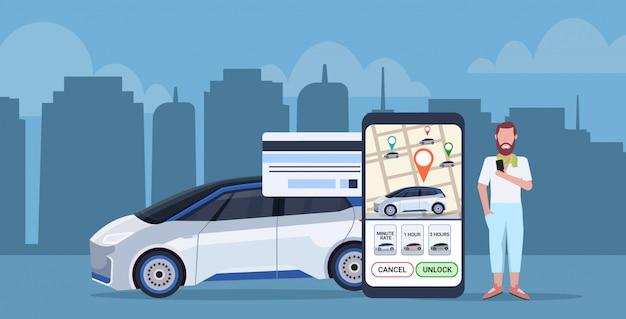 Człowiek za pomocą aplikacji mobilnej online, płacąc za taksówkę udostępnianie samochodu ekran smartfona koncepcja z mapą miasta transportu usługi aplikacji carsharing pełnej długości