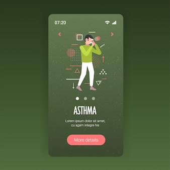 Człowiek za pomocą inhalatora aerozolu, aby zatrzymać objawy ataku astmy wpływające na oddech i płuca choroby oskrzeli koncepcja smartfona aplikacja mobilna kopia pełna długość