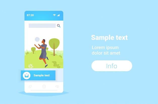 Człowiek za pomocą inteligentnego zegarka facet gra w siatkówkę na sobie sprzęt fitness tracker do monitorowania zdrowia koncepcja smartwatch smartfon ekran aplikacja mobilna poziome kopia przestrzeń pełnej długości