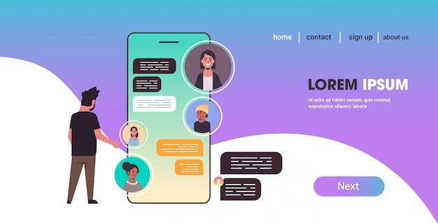 Człowiek za pomocą smartfona na czacie z mieszać rasy ludzi sieci społecznej czat bańka komunikacja koncepcja