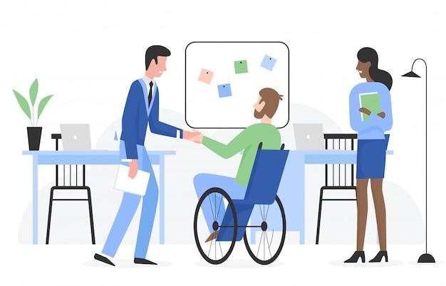 Człowiek ze specjalnymi potrzebami na wózku inwalidzkim dostaje płaską postać pracy. pozytywna dotykalna sytuacja z uśmiechniętymi ludźmi w biurze firmy. kariera i zatrudnienie koncepcji osoby niepełnosprawnej