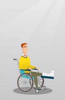 Człowiek ze złamaną nogą siedzi na wózku inwalidzkim.