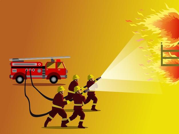 Czterech strażaków płci męskiej spryskuje wodą płonący budynek z wozami strażackimi i żółtym w tle.