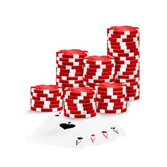 Cztery asy i czerwone żetony pokera stos odizolowane.