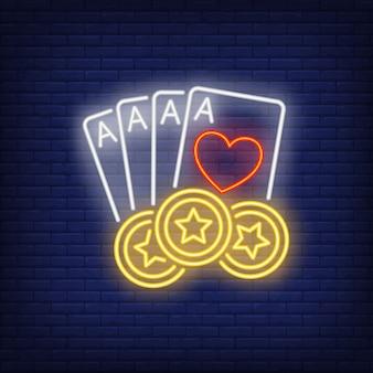 Cztery asy i neonowy znak żetonów w kasynie
