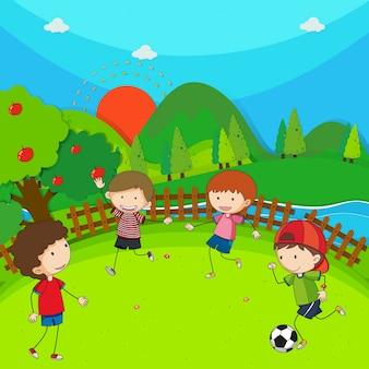 Cztery dzieci gry w piłkę nożną w parku