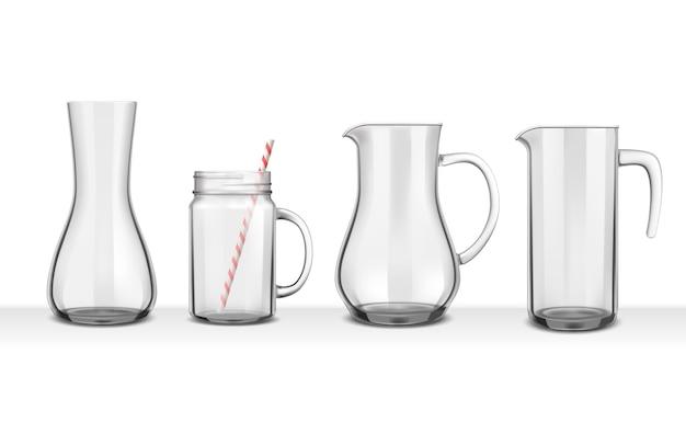 Cztery realistyczne szklane dzbanki i karafki o różnych kształtach na białym tle