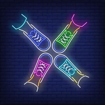Cztery stopy stojący w kręgu neon znak