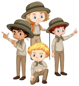 Czworo dzieci w brązowym mundurze
