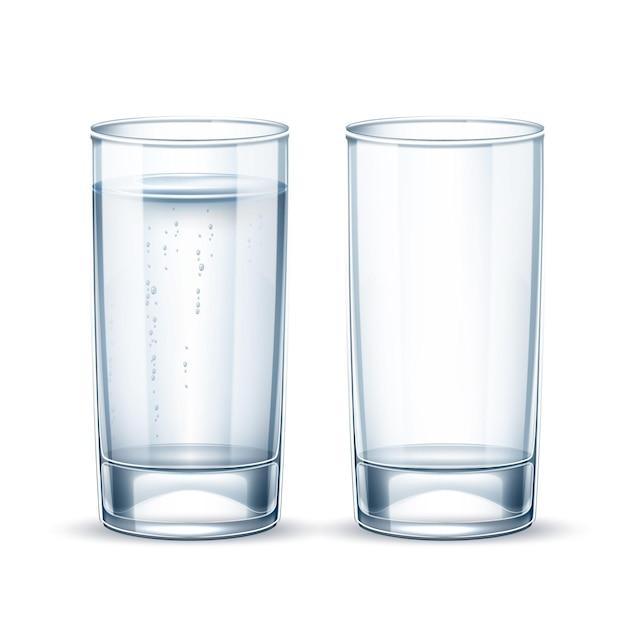 Czysta woda z bąbelkami szkła na przezroczystym tle. krystalicznie czysty pojemnik na napoje. realistyczna zastawa stołowa ze świeżej wody, soku lub alkoholu. projekt opakowania produktu wody mineralnej.