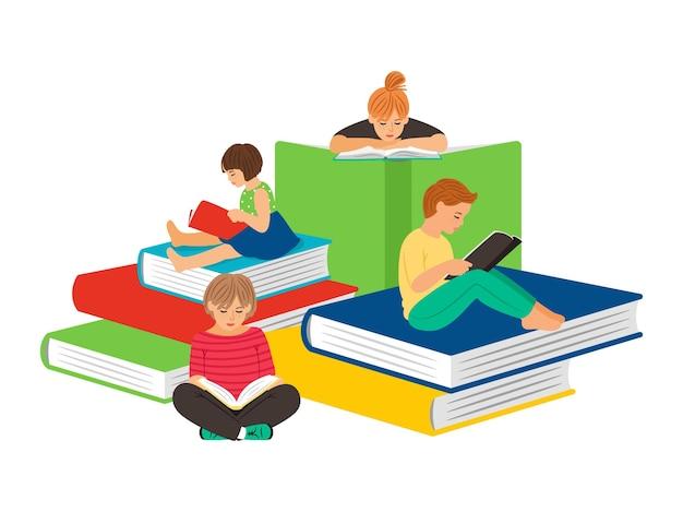 Czytanie dzieci. zostań w domu, dzieci z książkami.