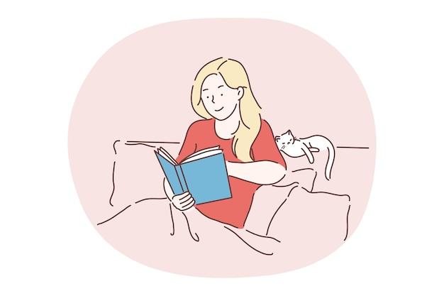 Czytanie, relaks w domu z książką i kotem, pobyt w koncepcji łóżka. młoda nastolatka uśmiechnięta postać z kreskówki nastolatka siedzi w wygodnym łóżku i czytając książkę ze śpiącym kotem w pobliżu w domu