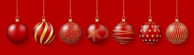Dekoracja świąteczna i noworoczna czerwone szklane kulki ze złotymi ornamentami 3d realistyczna ilustracja